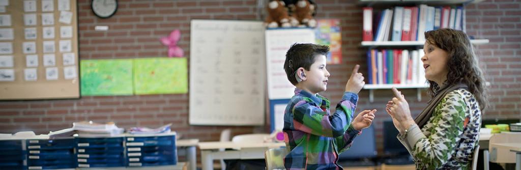 Ina Nijmeijer (leerkracht groep 3) en Wick Westert (dove leerling), Basisschool Krullevaar, Hoogeveen foto en copyright: Joost Grol