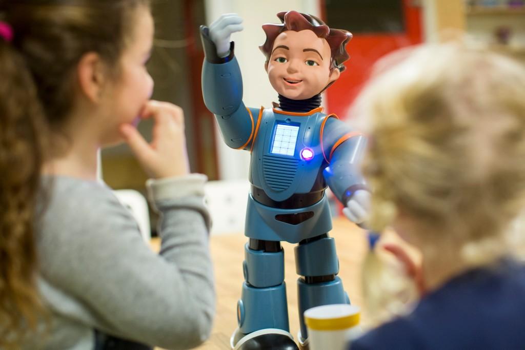 Robot Zeno onderwijst kinderen van BSO De Vlinder op de Universiteit Twente, Enschede. Onderzoeker: Dennis Reidsma foto en copyright: Joost Grol
